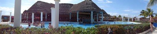 Grand Palladium Riviera Resort & Spa : Pool bar