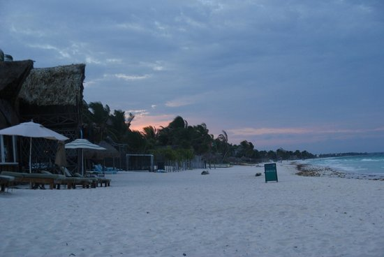 Om Tulum Hotel Cabanas and Beach Club: Beach as sunset