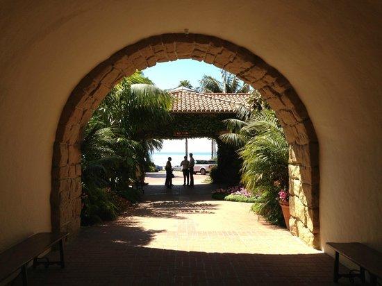 Four Seasons Resort The Biltmore Santa Barbara: Archway in the hotel