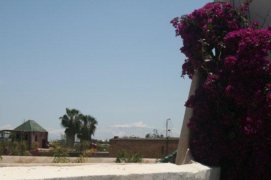 Riad Jenai: sommets enneigés vus de la terrasse