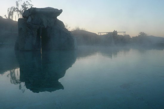 Hotel Adler Thermae Spa & Relax Resort: vapore della piscina termale all'alba