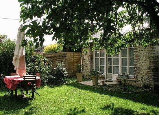 Aux Rives de Honfleur : Jardin devant Pavillon