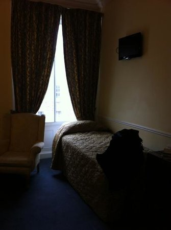 Harrington Hall: comfortable triple room (1 double 1 single)