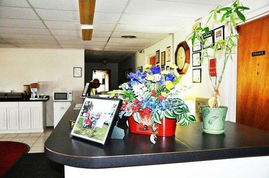 Red Carpet Motel - Knoxville: LobbyFlower