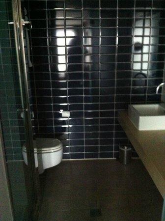 أبسولوت هوتل ليميريك: Modern Bathroom