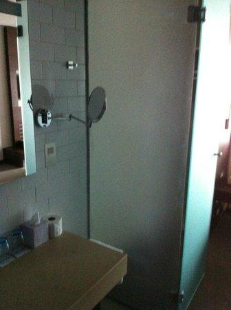 Absolute Hotel: Modern Bathroom