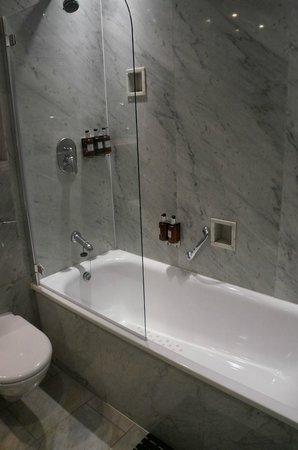 Radisson Blu Edwardian Kenilworth Hotel: Lovely bathroom