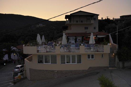 Poseidon Villas : Η πισίνα με το μπαρ και τα δωμάτια του πάνω συκγροτήματος