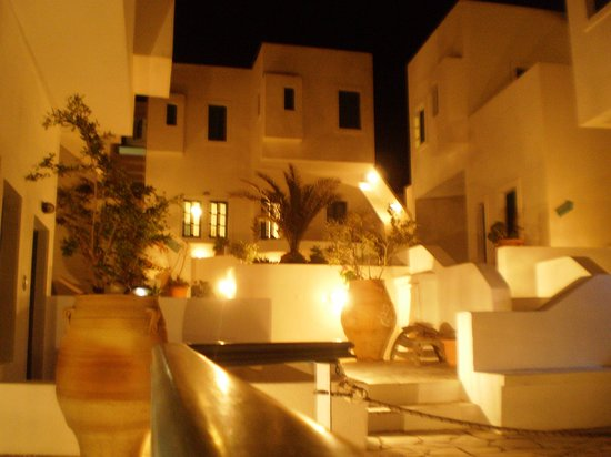 Oia's Sunset Apartments: The outdoor communal and pool area.