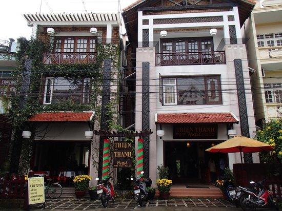 Thien Thanh Boutique Hotel: Straßenansicht des Hotels