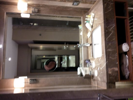 Renaissance Istanbul Polat Bosphorus Hotel: Bathroom Counter