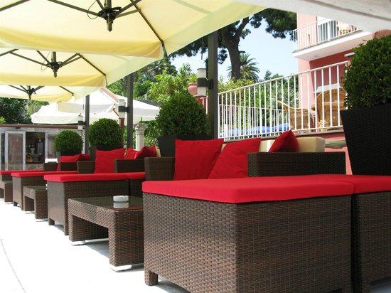 Hotel Palatium Mari: salottini ai bordi della piscina
