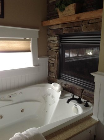 Gazebo Inn Ogunquit: Whirlpool tub with fireplace!