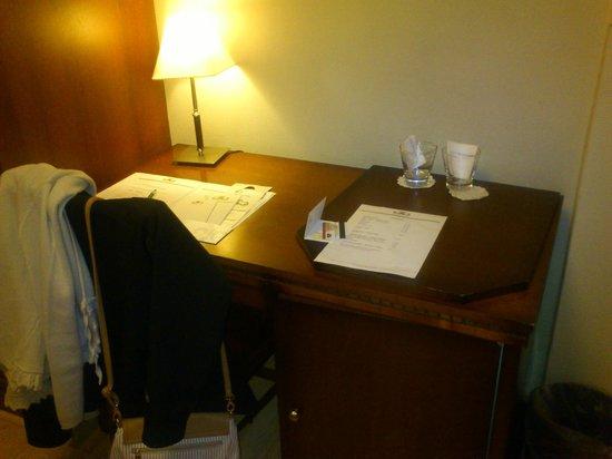Hotel Boutique Reino Del Plata: Escrito de habituacion, con papeleria del hotel y cartillas informativas