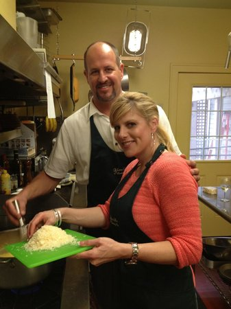 Yates House Bed & Breakfast : Kris and I cooking in Dixie's kitchen