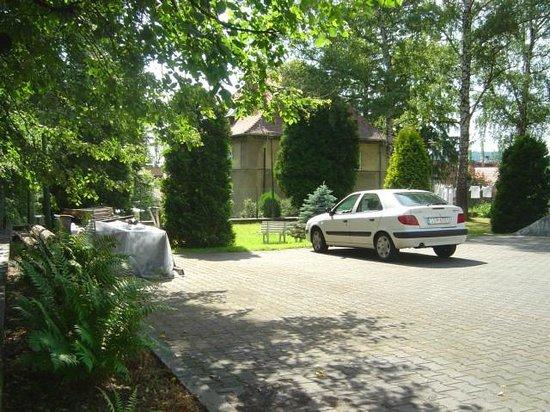 Zlota Palma - Guest Rooms: Parking lot