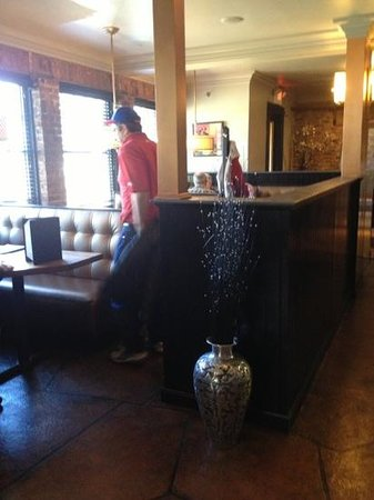 Tunxis Grill & Pizzeria: booths near bar