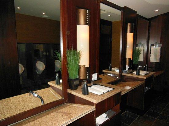 The Keg Steakhouse & Bar: Unimpressive bathroom