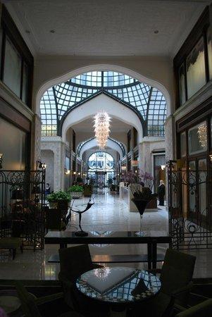 Four Seasons Hotel Gresham Palace: Hotel Lobby Area