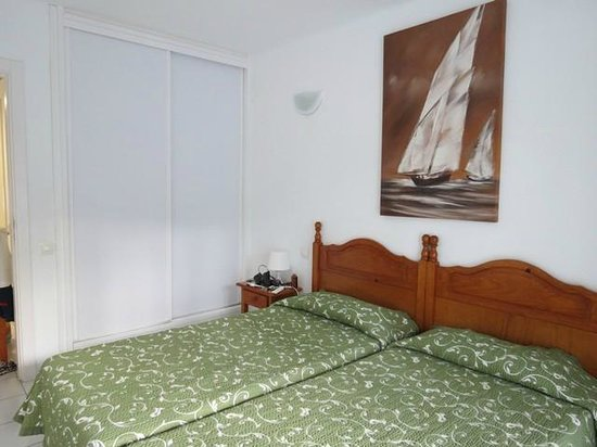 Erika Apartments: camera matrimoniale con veranda sul retro