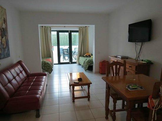 Erika Apartments : open space sala da pranzo e due posti letto sulla veranda
