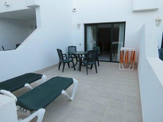 Erika Apartments: veranda davanti