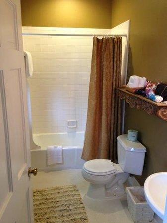 Barksdale House Inn: spacious bathroom