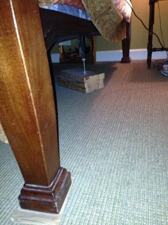 Barksdale House Inn: sqeaky bed held up with blocks