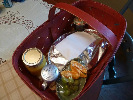 Cajun Country Cottages Bed and Breakfast: Breakfast delivered to your cottage door