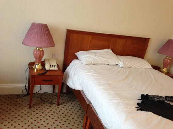 Britannia Airport Hotel: Hard bed
