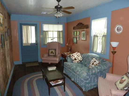 Cajun Country Cottages Bed and Breakfast: Magenta cottage living room