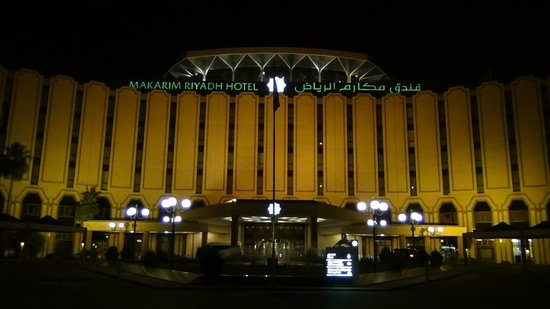 Makarim Riyadh Hotel: Frontview by night