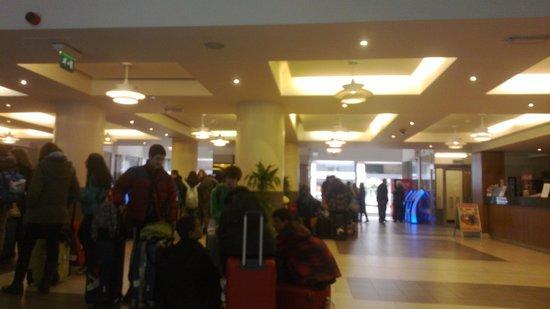 Royal National Hotel : Lobby con un grupo llegando