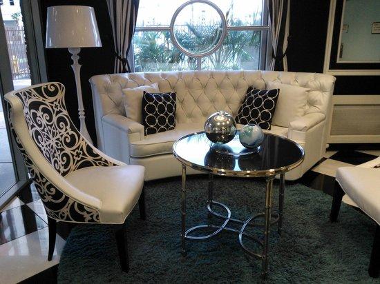 El Cortez Cabana Suites: Seating area in lobby