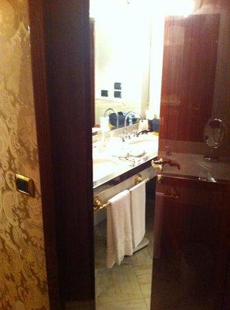 Baglioni Hotel Luna: entrada banheiro