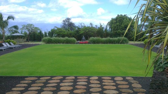 Lumeria Maui Retreat: yoga and bowling green
