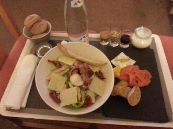 Novotel Marseille Est: Service en chambre Salade Caesar, ardoise saumon fumé, yogourt au muesli