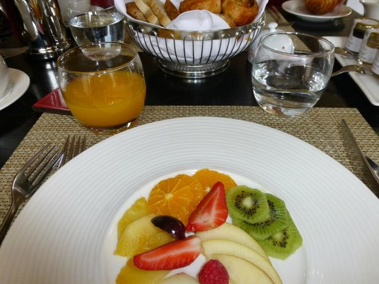 Rocpool Reserve hotel & Chez Roux: Breakfast fruit platter
