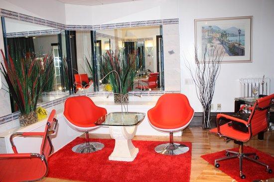 Swiss Hotel: Bizarre, mirrored sitting area in suite