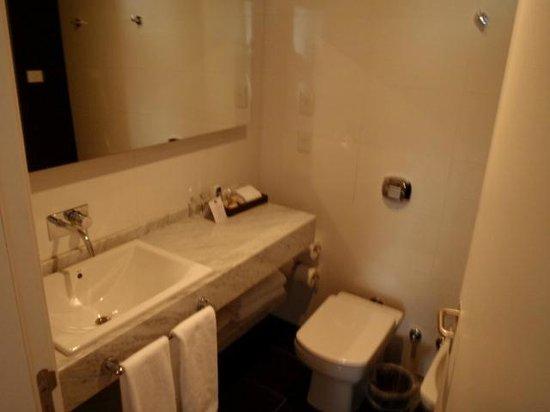 Fierro Hotel Buenos Aires: Clean and Spacious Bathroom