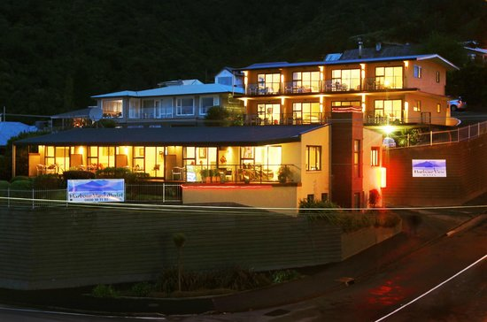 Harbour View Motel Picton: Motel frontage at night