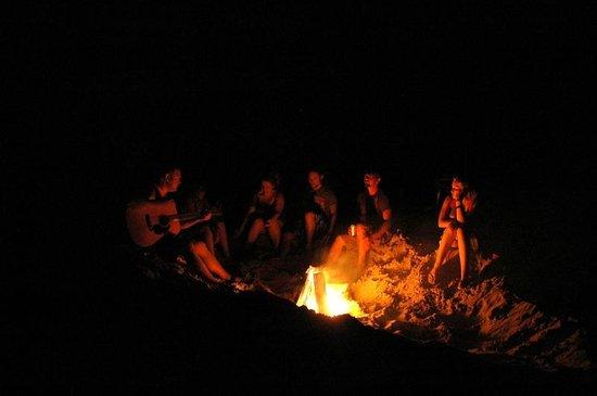 Cape Hatteras KOA: Autour d'un feu, plage du KOA Cape Hatteras