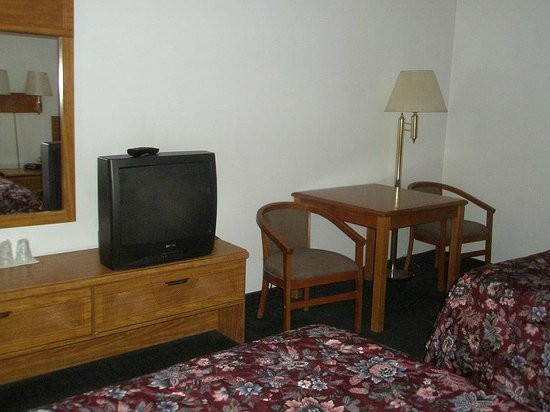 Redwood Lodge: Desk, TV