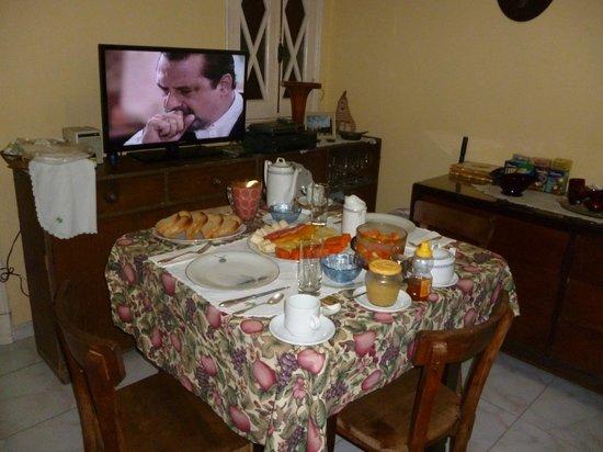 Casa Hilda y Alejandro: Desayuno - Breakfast is served!; Coffee/tea, bread+homemade jam and juice,bread and hot food