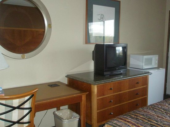 Econo Lodge : Table, TV, fridge, micro
