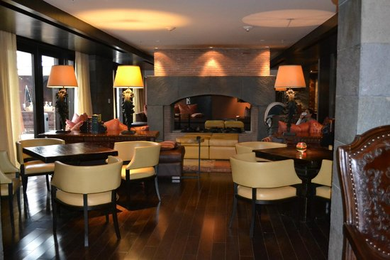 JW Marriott El Convento Cusco: check-in area w/fireplace