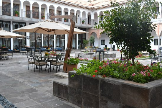 JW Marriott El Convento Cusco: outside courtyard