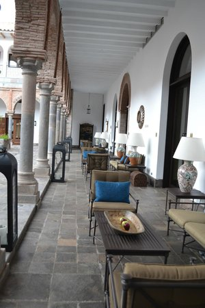 JW Marriott El Convento Cusco: outdoor sitting area faces courtyard
