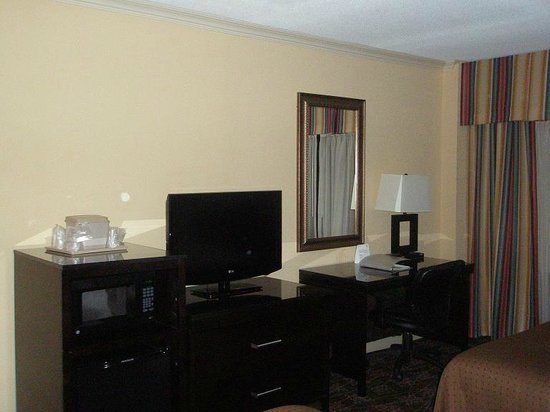 Holiday Inn Tewksbury Andover: Fridge, micro, TV, desk