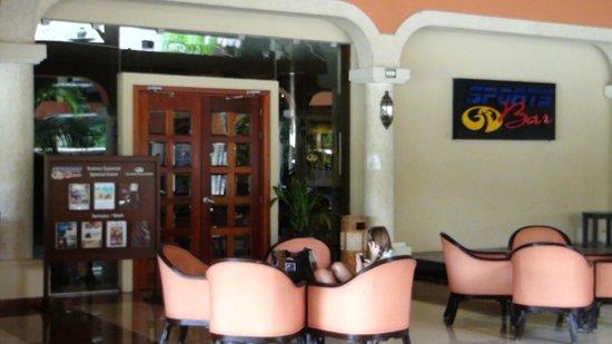 The Royal Suites Yucatan by Palladium: Le sports bar
